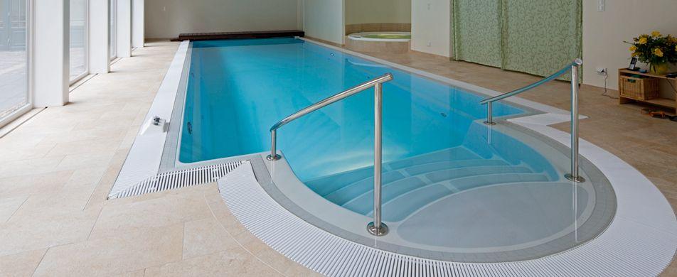 Schwimbad mit Überlaufrinne
