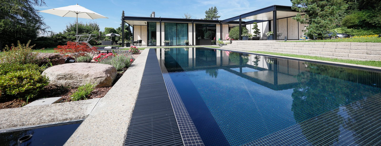 Traumhafte schwimmb der f r au en im garten und innen im haus for Swimming pool stahlwand rechteckig